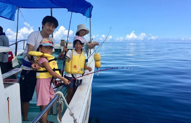 尽情享受碧蓝海洋上的2小时船钓体验。